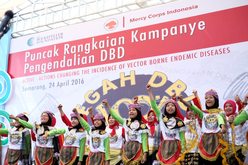 Community and children are passionately ask more people to have better awareness towards dengue virus in the Semarang City Hall, Indonesia. Source: ACCCRN Indonesia