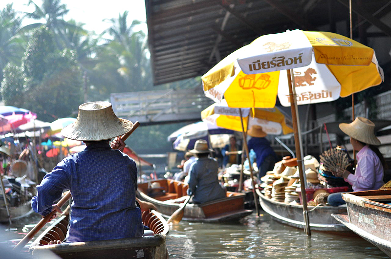 A floating market near Bangkok. Credit: Azchael. Licensed under CC BY 3.0