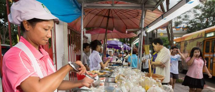 10,676 street vendors were licensed to operate in designated areas by the Bangkok Metropolitan Authority (BMA) in October 2016 (WIEGO, 2017). Photo by: Hewlett/WIEGO